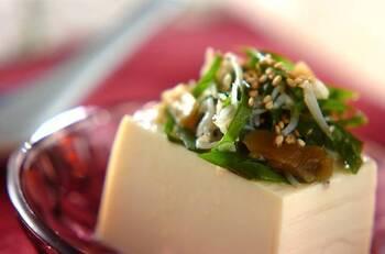 小ねぎとジャコを合わせて、ごま油やナンプラーで和えたものを豆腐に乗せた少し大人な冷奴という感じです。おつまみにもってこいの一品。味付きのザーサイが入っているのがポイントです。