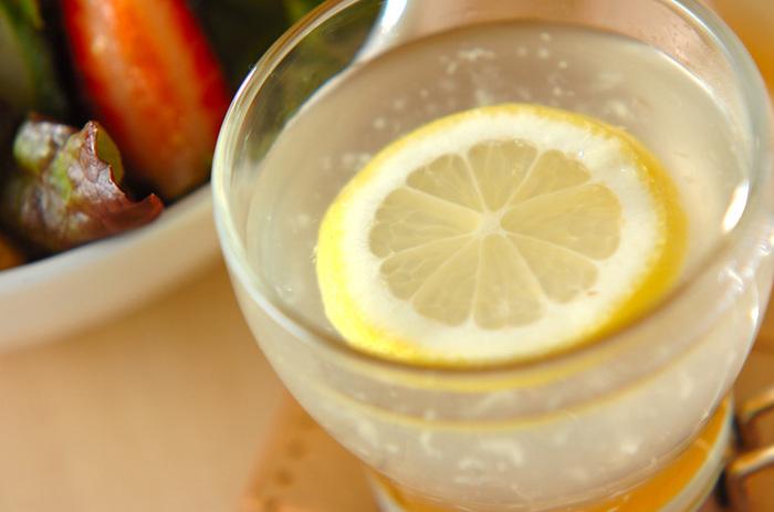 シンプルな生姜湯も、レモンを浮かべるととてもおしゃれに。リラックスタイムに楽しめる1杯になりそうですね。