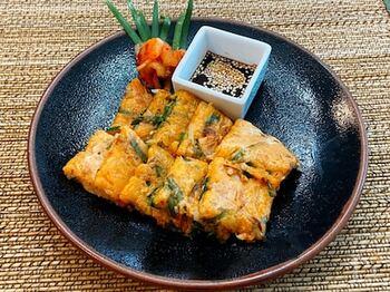 海鮮を入れない野菜チヂミです。具材は、小ネギ、ニラ、キムチ、もやし。タレもとっても簡単に作れて、タレの中に刻んだネギをプラスしても◎