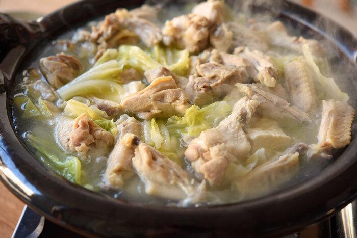 3種類の鶏肉を使い、1時間以上煮詰めて作る「王道のお出汁」。手間暇かけたら、やっぱり美味しい!お出汁さえできてしまえば、どんな材料も煮込むだけで旨味が何倍にもなっちゃうんです。まずは、器にお出汁と塩を一つまみ入れて味わってみてくださいね。