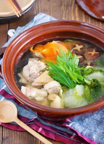 市販の調味料を上手に組み合わせて、サッと作れる鶏鍋。お野菜もたくさん食べられてとってもヘルシーです。一人用の土鍋などがあれば、一人分でも簡単に作れるのが嬉しいですね。