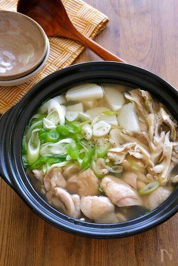 ニンニク、生姜、山芋など、免疫力UPにつながる材料をたくさん入れて、この冬は特に嬉しい鶏鍋レシピ。仕上げのごま油がアクセントに♪