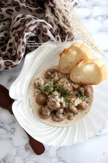 贅沢にマッシュルームを丸ごと使い、生クリームと柚子胡椒で煮詰める一品はいかがですか?マッシュルームの食感と柚子胡椒のピリッとしたアクセントがたまらない旨味たっぷりのお料理です。
