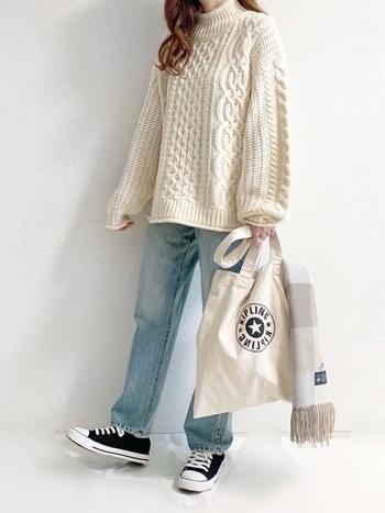 袖が大きく広がった「ビッグスリーブ」は、華奢に見せ効果があり女性らしい雰囲気のコーデに仕上がります。また、デザイン性のあるセーターなので、シンプルにデニムと合わせるだけでも◎ 1枚持っていると便利ですよ。