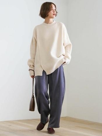 切れ込みの入ったスリットデザインのセーターもトレンド感抜群のアイテムです。メンズライクな雰囲気になりがちなオーバーサイズも、スリットが入っているだけで女性っぽさが出ます。前スリットなら、お腹周りがスッキリ見える効果も。