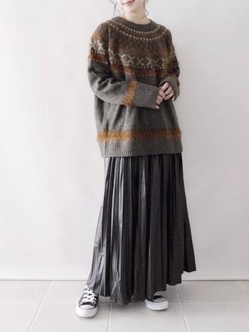 光沢のあるプリーツスカートは、組み合わせが難しいイメージもありますが、素朴なノルディック柄セーターと合わせることで派手になりすぎず、トレンドと遊び心を併せ持つスタイルがつくれます。