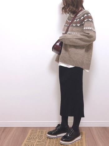 スタイリッシュなタイトスカートと合わせれば大人のカジュアルコーデにも。おでかけでもデイリーでも、ヘビロテしたくなるスタイリングです。