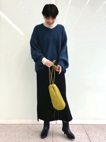 袖のボリューム感とギャップをつくるように、スカートはタイトですっきりとさせるのも◎ カジュアルな中にもエレガントさのある上品コーデの完成です。