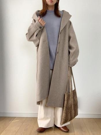 サックスブルーのタートルネックニットに、ユニクロの白ワイドパンツを合わせたコーディネート。グレーのロング丈コートを羽織って、季節感たっぷりな冬コーデにまとめています。無地アイテムを組み合わせたベーシックなスタイリングに、柄のトートバッグでワンアクセントをプラス。