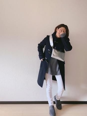白のタイトパンツに、グレーのトップスとネイビーのダッフルコートを合わせたコーディネート。細身のパンツにボリューム感のあるムートンブーツを合わせることで、下半身のバランスが抜群な冬の着こなしに仕上がっています。
