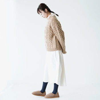 シャツワンピにセーターをオンするのはイマドキなスタイル。ベーシックなケーブル編みセーターでも、十分トレンド感のあるデイリーコーデに仕上げることができますよ。