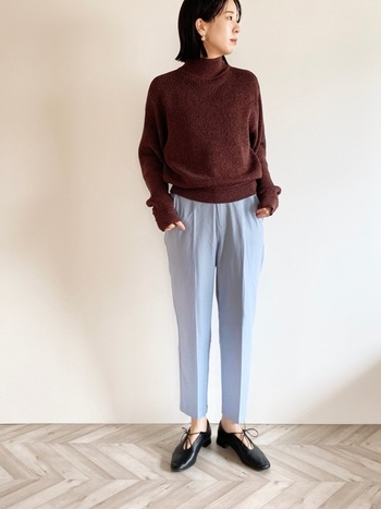 シンプルでベーシックなデザインのセーターは、ビジネスシーンでも大活躍します。ボトルネックのセーターは、クロップドパンツと合わせてクールでデキる女スタイルに仕上げると◎