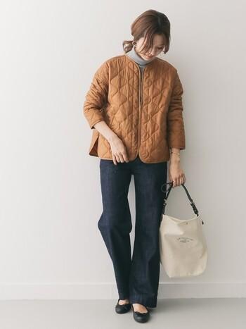 タートルネックニットにジーンズ。ごくシンプルな装いを秋冬らしくアップデートしてくれるからし色のキルティングジャケット。秋の風景にすっと溶け込むナチュラルなスタイルが魅力的です。