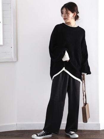 セーターのゆるっとした雰囲気を活かし、ボトムスにもワイドなデザインを選んでラフスタイルに。さりげなくインナーの白を覗かせることで、黒コーデでもメリハリのついた着こなしに仕上がります。