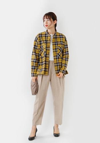これからの季節にあると便利な起毛素材のネルシャツ。軽い羽織りもののような感覚で、体温調節しやすいのが嬉しい。クラシカルなチェック柄はイエローを選べば、より秋らしい雰囲気。きれいめスタイルの外しアイテムとして使うのも洒落ています。