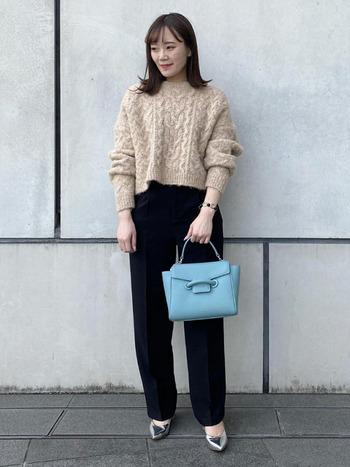 好感度の高い柔らかニットのセーターは、クールな黒パンツと合わせても固くなりすぎず、印象が良いビジネスカジュアルに。女性らしい抜け感も出るので、パンツスタイルなのに可愛らしさが漂いますね。