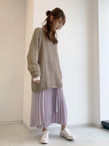 編み目の洗いゆったりシルエットのニットは、ヘムラインのプリーツスカートでリズムをつけると女性らしく着こなせます。厚底スニーカーでインパクトを加えて、フェミニン×メンズライクのバランスを整えるのが◎。