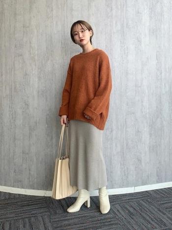 ラフなデイリースタイルになりやすい丸首のセーターも、スカート×ブーツで洗練されたスタイリングに。飾りすぎない組み合わせがセンスを感じさせます。