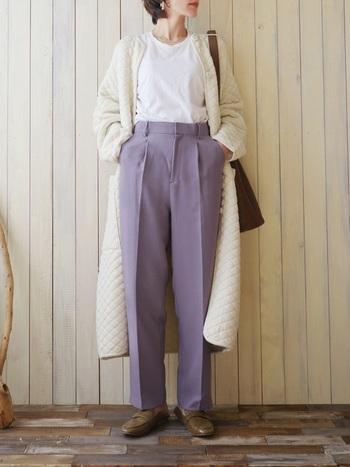 白Tにラベンダーのセンタープレス入りパンツを合わせたミニマルなスタイリングは、アウター次第でニュアンスチェンジが可能。例えば、キルティングコートをばさっと羽織れば、ナチュラルであたたかみのある雰囲気に転換できます。ワントーンでまとめると、今年らしい着こなしに。