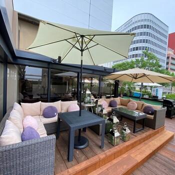 大丸神戸のすぐそばにある「 ルーフトップカフェ」は、三宮駅と元町駅の両方からアクセスできる好立地な場所にあります。ビルの3階がカフェスペース。階段を上ると見えてくる景色は解放感があり、心を和ませます。