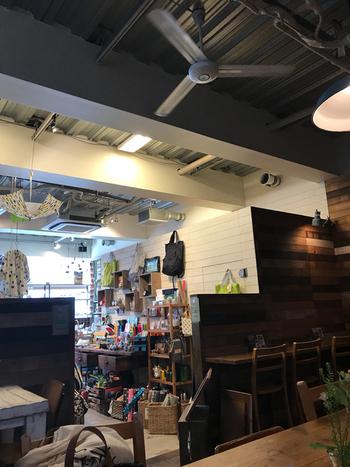 神戸栄町にある雑貨屋さんに併設された「「AIDA with CAFE神戸店」は、何気ない日常がちょっぴり楽しくなるという素敵な日々を提案しているライフスタイルショップ。ウッド調の店内はほっこりと温かい雰囲気が漂い、雑貨屋さんの奥に広がるカフェスペースではゆったりとした時間が流れています。