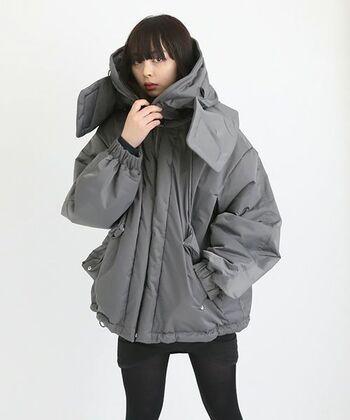 シェルターコートという名の通り、特徴的なボリューム感のあるコート。見た目は重厚感がありますが、軽量で保温性にとても優れた機能的なコートです。