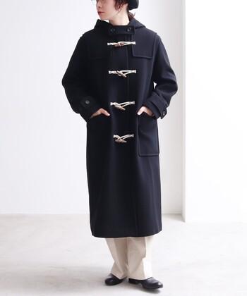 ダッフルコートはもはや流行を問わない冬の定番コートですが、こんなクラシカルなロング丈のダッフルコートもいいですよね。着丈が長いのでカジュアルすぎず大人っぽいい印象を与え、どんなボトムを履いてもプレッピースタイルが完成されてしまいます。