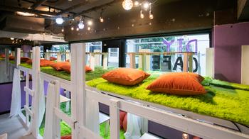 北野異人館スターバックスのすぐ近くにある「DIYカフェ三宮北野坂店」。中に入るとカウンタ―席や芝生が敷かれた個室があります。靴を脱いで芝生に座ると、まるで家でくつろいでいるようにリラックスできます。