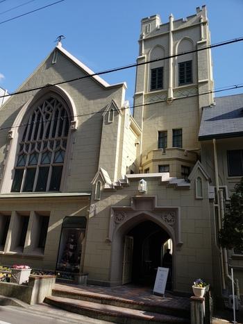 神戸の街並みに溶けこみ気品漂う「カフェフロインドリーブ本店」。新神戸駅から徒歩10分程のところにあり、周辺の建物の中でも目を引く美しさの西洋建築です。実は古い教会をリノベーションしてオープンしたカフェ&ベーカリーになっています。