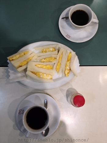ハトヤのたまごサンドは、いわゆるマヨネーズで仕上げたそれではなく、塩味の付いた焼きたまごがふわふわの食パンにサンドされたもの。シンプルな味わいはいくつでも食べれそう。