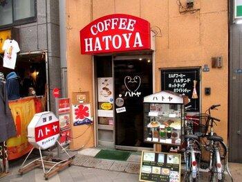 つくばEXP・浅草駅より、徒歩約2分ほどの場所にある「ハトヤ」。新仲見世商店街内にあるお店は、赤と白を基調にしたレトロな看板と、ハトのイラストが目印。
