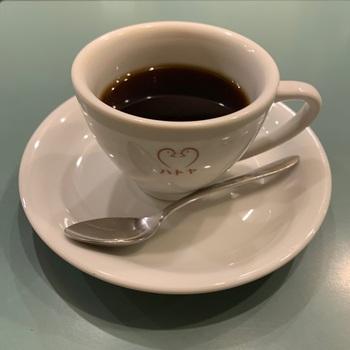 お店の入り口にも描かれたハトのマークがコーヒーカップやお皿にも。純喫茶で見かけるこういったオリジナル食器は、思わずテンションが上がります。