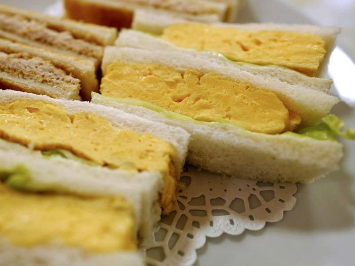 創業当初から変わらないという「玉子・サンドゥイッチ」は、厚焼きたまごがサンドされたクラシックなサンドイッチ。パンやたまごの仕入れにもこだわった、シンプルながらもこだわりの詰まったたまごサンドは、何度も通いたくなる逸品です。