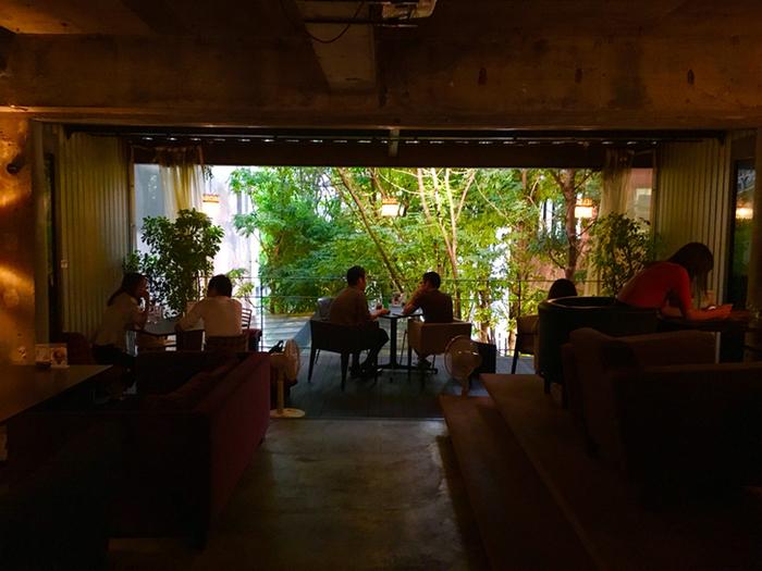 ソファ席やテラス席などいろいろなタイプがあり、どれも居心地は抜群です。都会にいることを忘れてしまうくらい開放的で、グリーンが心を癒してくれます。カップルや友人、誰と行っても楽しめるおすすめのカフェです。
