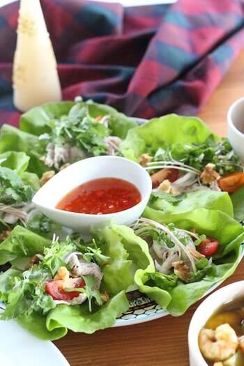 エスニックなサラダも、目先が変わって面白いですね。ドレッシング入りの器をリースサラダの中心に。小さめのお皿で、1人分ずつリースサラダを作るのもいいかも。