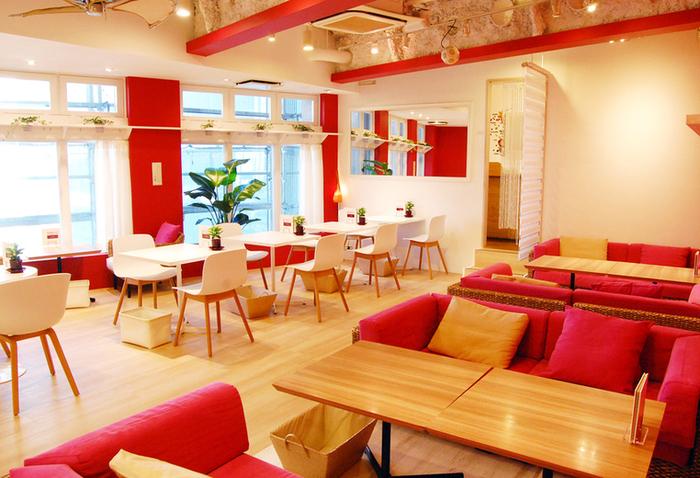 三宮にある隠れ家カフェとして人気の「カフェアンドスイーツア・ドゥマン」。多くのお客様に喜んでもらいたいということで個室やカップルシートもあります。店内は明るくPOPなイメージ。広い空間でゆっくりと過ごせそうです。