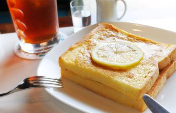 ワンモアといえば、この「フレンチトースト」。程よい焼き加減のフレンチトーストに輪切りのレモンがのったそのビジュアルは、食べる前からワクワクしてしまいます。よくあるフレンチトーストとは違い、レモンの酸味がプラスされた甘酸っぱい味わいは唯一無二です。