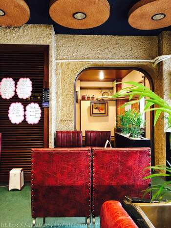 ゆうらくといえば、クラシックな内装も魅力。重厚感ある赤い革製ソファが素敵。純喫茶好きにはたまらない、昭和レトロな空間です。