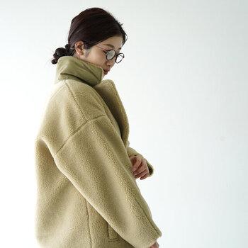 肩が落ちたデザインで抜け感のある今っぽい着こなしを楽しめます。カジュアルにバサッと着れてお手入れが楽なコートは一枚は持っていたくなります。