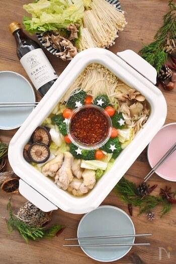 韓国風水炊きタッカンマリをベースに、さらに白だしや干し椎茸の旨味を加えた贅沢な水炊き。特製の辛うまダレが、本当に美味しくてクセになります。辛さはお好みで。タレはマスターすると、他のお料理にも活躍してくれます!