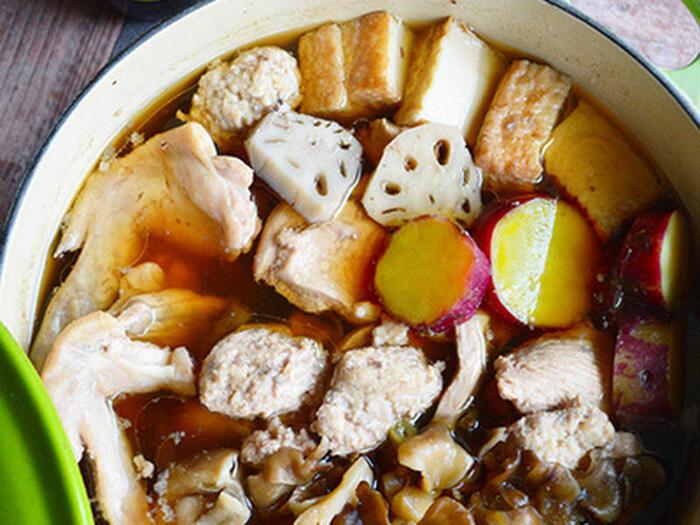 お醤油×ポン酢のお出汁で、しっかりしたお味なのにさっぱり食べられるレシピ。お鍋には珍しい根菜がたっぷり入って、〆がなくてもお腹いっぱいに。お酢の効果で、鶏肉も柔らかく仕上がります。