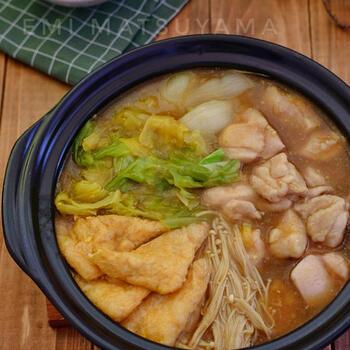 カレー風味に仕上げたお鍋は、お子様も大喜び。とろみがついたスープに具材が良くからんで、お鍋では珍しく白いご飯との相性も抜群です。最後はおうどんを入れると、カレーうどんに♪