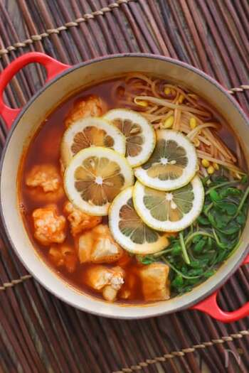 ちょっと刺激が欲しい日には、エスニックなお鍋で体を温めてみてはいかがでしょうか。〆はおうどんがおすすめ。最後は溶き卵を入れてちょっと味をマイルドにしても良さそうですね。