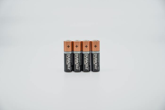 """""""突然の電池切れ""""にそなえて、電池は買い置きしておきたいものです。でも、スーパーなどで売られている電池の多くは、1パック200円以上はかかるため、まとめて買うのをためらってしまうことも…  そこで、おすすめしたいのは100均の電池。安い電池は、長くはもたなそう…と思われがちですが、電池のもちは他のメーカーの電池とほぼ変わらないそう。頻繁に電池を変えるものなどに、100均の電池を使うことで出費を抑えられます。"""