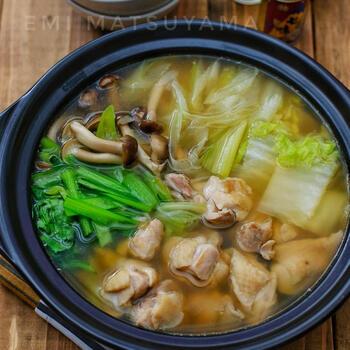 ほんのり香るお醤油が食欲をそそる絶品鶏鍋。にんにくや生姜もたっぷり入って、ちょっと風邪気味な日にも嬉しいレシピです。