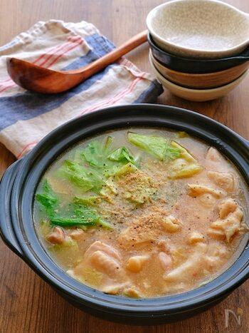 鶏肉に片栗粉をまぶしてからお鍋にするので、スープにもとろみがついてお野菜にも良く絡みます。ニンニクや生姜、豆板醤も入って、ピリ辛&スタミナ満点。辛さはお好みで調節してくださいね。キャベツがどんどん食べられちゃいます!