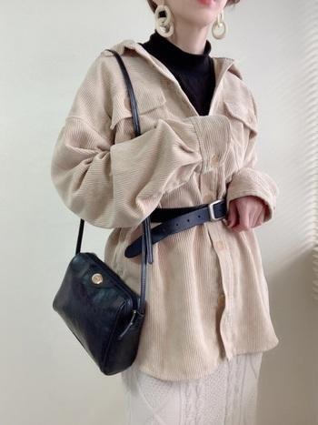 淡い色味で重くなりがちな秋冬コーデを軽やかな印象にしてくれるベージュ。ベルトをプラスすれば、オーバーサイズのシャツのシルエットにメリハリが付いてスタイルアップできます。