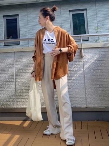 オレンジがかった、秋らしい色味のブラウン。さらっとTシャツの上に羽織るだけで、コーデが明るい印象に変わります。他のアイテムは色味を抑えて、シャツを主役に。