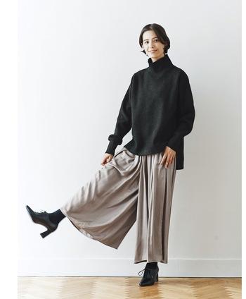 タートルネックの黒トレーナーに、薄いグレーのワイドパンツを合わせたシックなコーディネート。足元は黒のヒールブーティーで、全体的に大人っぽい印象でまとめています。