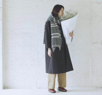 グレーのコートに、トーン違いのグレーマフラーを合わせたスタイリングです。寒い日はコートの前をしめたくなりますが、定番のボトムスだとシンプルになりすぎてしまうことも。そんなときにマフラーをぐるりと巻けば、おしゃれ度をグッと高めてくれますよ♪